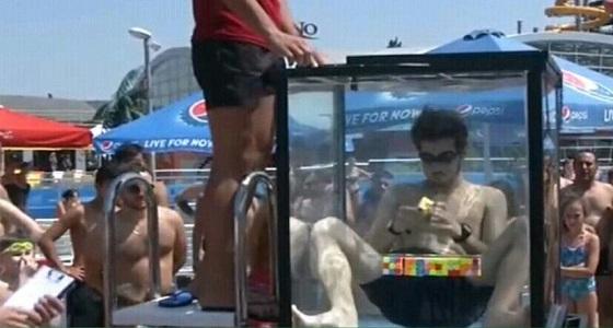 بالفيديو.. طالب يدخل غينيس بحل مكعبات روبيكس تحت الماء