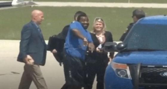 """بالفيديو.. مجرم خطير يرقص """" كيكي """" في طريقه لسيارة الشرطة"""