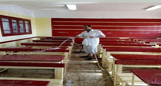 """بالصور.. لإعاقة عامليه """" مدير مدرسة """" يقوم بأعمال النظافة"""
