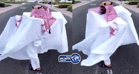 حساب شهير ينشر فيديو يسخر من الزي السعودي ويثير موجة من الانتقادات