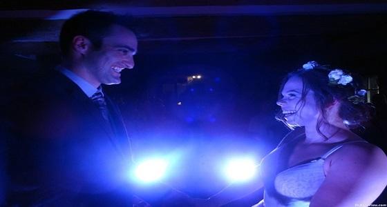 بالصور.. انقطاع الكهرباء عن حفل زفاف يحوله لمشهد رومانسي