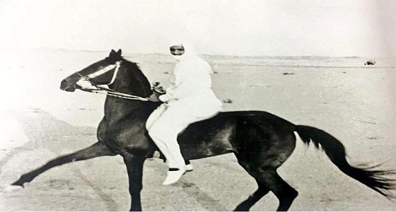 """"""" صورة """" توثق لحظة امتطاء خادم الحرمين لأحد الخيول بالصحراء"""