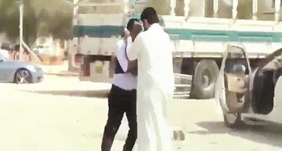 القبض على مواطن سعودي اعتدى على وافد آسيوي بالكويت