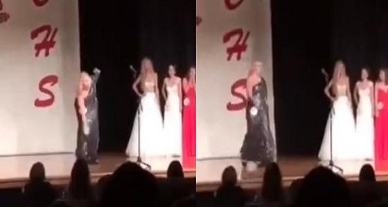 بالفيديو.. إحدى متسابقات ملكات الجمال تتعرض لموقف محرج
