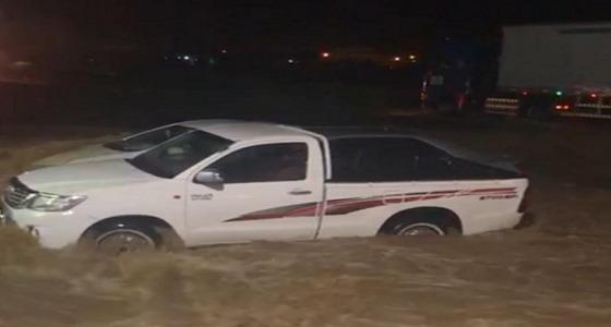 """بالفيديو.. جرف عدد من المركبات بسبب السيول على طريق """" المخواة- المجاردة """""""