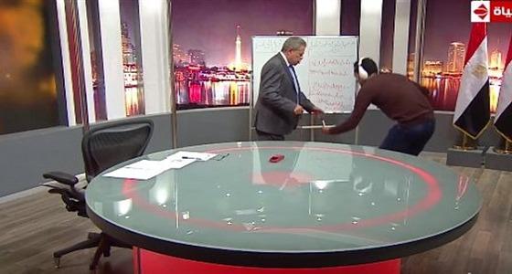 بالفيديو.. توفيق عكاشة يطلب من عامل جلب قلمه من الأرض على الهواء