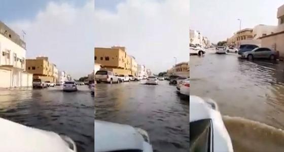 بالفيديو.. أمطار غزيرة تجتاح شوارع الدمام