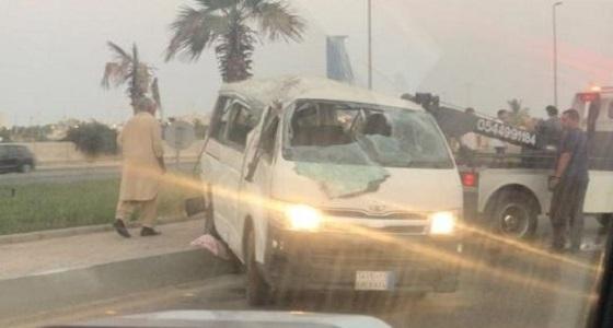 إصابة 11 عاملا إثر إنقلاب باص بجدة