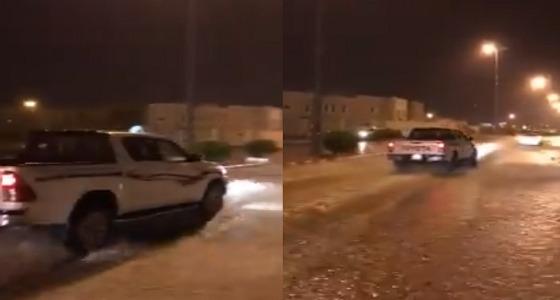 بالفيديو.. الأمطار الغزيرة تضرب عرعر والدفاع المدني يحذر