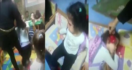 بالفيديو.. معلمة تعذب طفلة داخل إحدى الحضانات