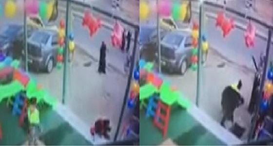 بالفيديو.. لحظة سقوط طفلة داخل خزان صرف صحي.. وهذا مصير شخص حاول إنقاذها
