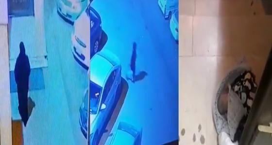 بالفيديو.. لحظة قيام امرأة بـ رمي طفل أمام مسجد بجدة