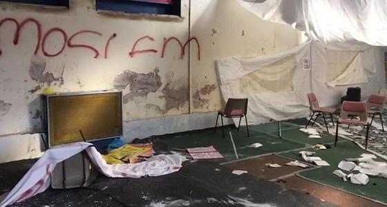 قاصرون بريطانيون يشعلون النار بمدرسة إسلامية ويمزقون المصاحف