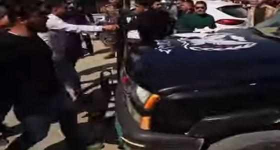 بالفيديو.. محافظ نينوى العراقية يدهس محتجين على خلفية غرق العبارة