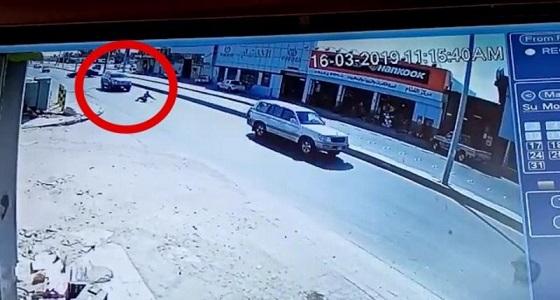 بالفيديو.. فضح تحايل وافد رمى بنفسه أمام سيارة مسرعة