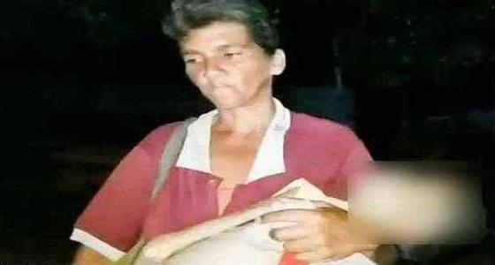 أم تحمل جثة ابنتها لدفنها بالمقابر في مشهد مؤثر
