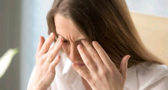 قرحة الفم واليرقان.. أعرض نقص فيتامين B12 على الوجه