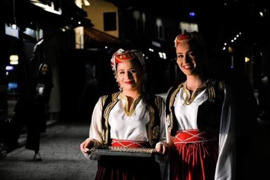 الفتيات يقدمن الحلوى في الليالي الرمضانية بالبوسنة