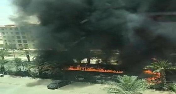 بالفيديو.. اشتعال حريق في صهريج وقود أمام مجمع شركات بالرياض