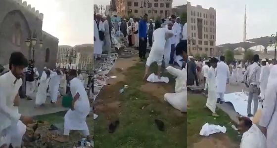 بالفيديو.. مضاربة جماعية قبل الإفطار بجوار الحرم في المدينة