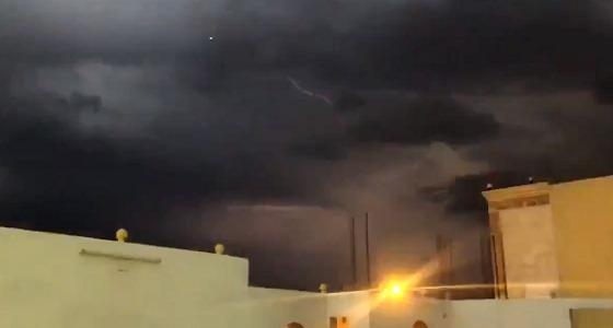 البروق والصواعق على مكة المكرمة.. وتحذير للأهالي من السيول (فيديو)