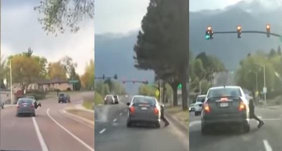 بالفيديو.. لقطات مروعة لرجل معلق بنافذة سيارة تقودها امرأة