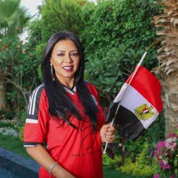 رانيا يوسف تشجع منتخب بلادها على طريقتها الخاصة