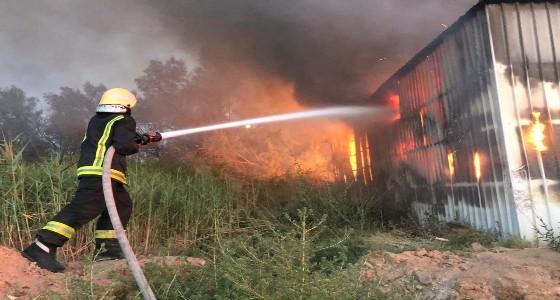 بالصور.. إخماد حريق بمستودع للمواد البلاستيكية في بريدة