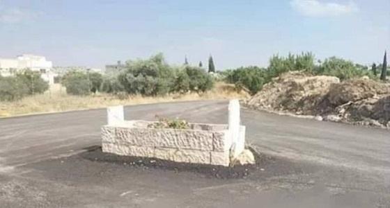 """بالفيديو.. قبر يتحول إلى """" دوار """" في الطريق العام"""