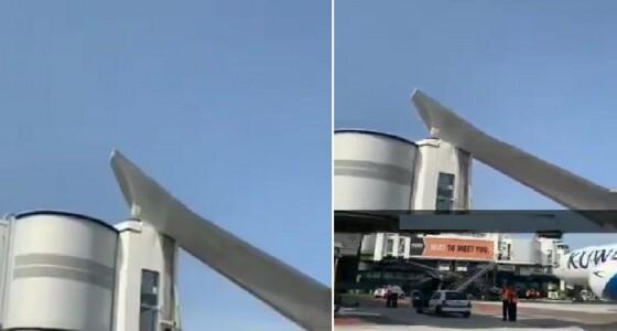 """بالفيديو.. طائرة كويتية تصطدم ببوابة جسر بمطار """" نيس """" في فرنسا"""