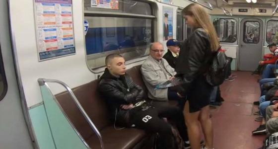 بالفيديو.. امرأة تتعرى داخل عربات المترو: تخطيت الثلاثين