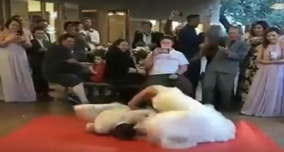 بالفيديو.. فتاة تصرع عريسها أرضاً في حفل الزفاف