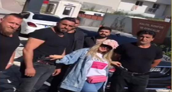 بالفيديو..حليمة بولند تتوسط حراس الأمن في تركيا وتثير الجدل