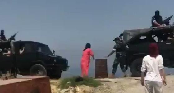 بالفيديو.. رجل أمن بلبنان يصفع فتاة لوقوفها أمام سيارة عسكرية