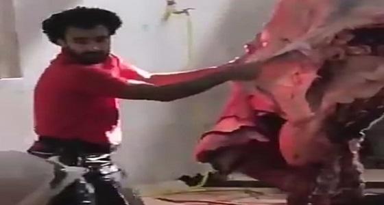 """بالفيديو.. شبيه محمد صلاح """" جزار """" بالكويت"""