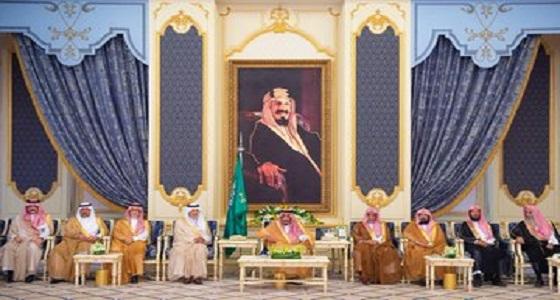 بالصور.. خادم الحرمين يستقبل الأمراء والفضيلة العلماء وجمعا من المواطنين