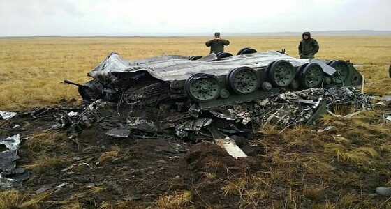 بالفيديو.. لحظة سقوط مدرعتان من على متن طائرة بتدريب عسكري روسي