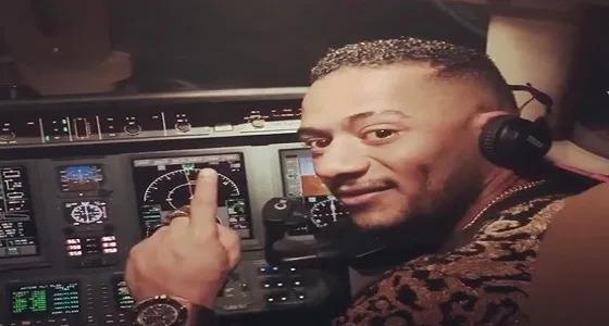 بعد قيادة محمد رمضان لطائرة.. إيقاف الطيار ومساعده