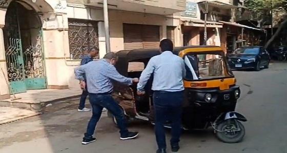 تسلم نقيب الممثلين لجثمان هيثم أحمد زكي بـ«توك توك» يضعه في الصدارة (فيديو)