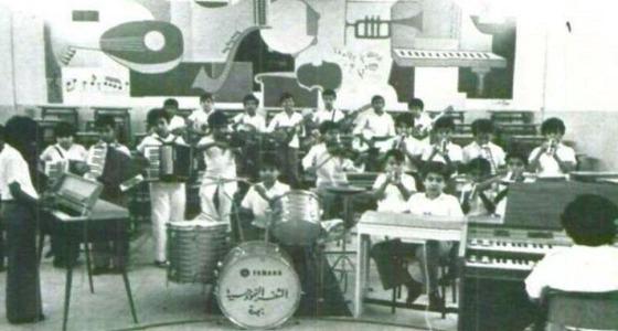 بالتزامن مع إدراج الموسيقى في المناهج.. صورة قديمة لطلاب ابتدائية يعزفون بالمدرسة
