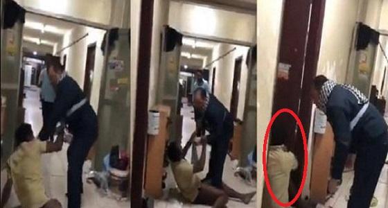 مسؤول يعتدي بالضرب على آسيوي ثمل ومطالبات بمحاسبته