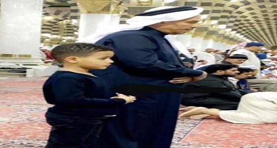 محمد عبده يُصلي برفقة نجله في المسجد النبوي..و«آل الشيخ» يعلق:«لا يكون يدعي عليّ؟»