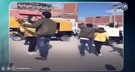 بالفيديو.. شاب يحتضن فتاة أمام مدرستهاويتوعد المتفرجين بالقتل