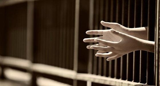 عقوبة صارمة تلاحق سائق متهور يقود سيارته بقدميه بدلا من يديه