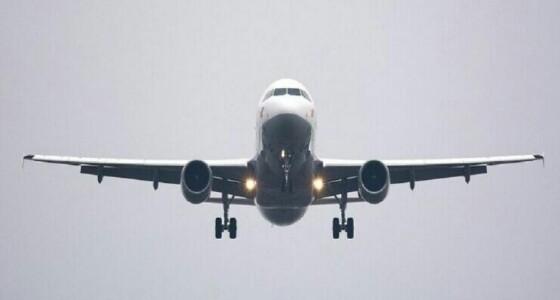 مسافرة مخمورة تفتح باب الطائرة في الجو وتصرخ: «سأقتلكم جميعا»