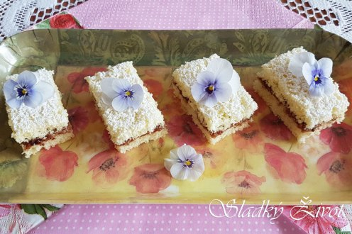 Piškótový koláč s lekvárom