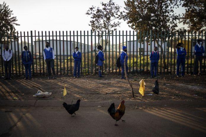 Les élèves de l'école secondaire Winnie Mandela attendent en ligne à l'extérieur des locaux avant la reprise des cours dans le canton de Tembisa, Ekurhuleni, le 8 juin. Les écoleset les universités rouvrent progressivement après un mois et demi d'enseignement à domicile pour limiter la propagation du coronavirus. Freinée pendant deux mois par unconfinement strict,l'épidémie s'est accélérée depuis que le gouvernement a décidé de desserrer l'étreinte sur l'économie du pays.L'Afrique du Sudcompte plus de53.000cas et plus de 1.162morts dues au coronavirus.
