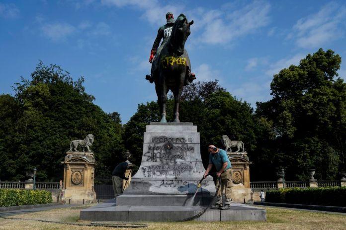 Un employé de la ville nettoie la statue défigurée du roi Léopold II de Belgique à Bruxelles le 10 juin. Ce roi des Belges de 1865 à 1909a pris le contrôle d'une partie de l'Afriquecentrale, et notamment du Congo, de façon brutale et répressive. Ces statues sont depuis longtemps la cible d'activistes et d'associations. À Anvers, l'une d'elles a étédéboulonnée et sera installée dans un musée local.Avec la vague de manifestations mondiales contre le racisme ces dernières semaines à la suite dela mort de George Floyd aux États-Unis, la question du déboulonnage de statues célébrant des figures racistesrefait surface.