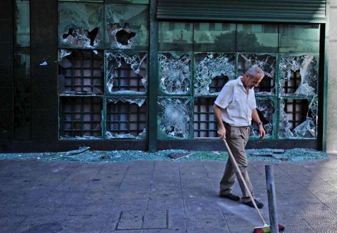 Un homme balaie du verre cassé sur letrottoirdevant une succursale locale d'une banque libanaise après qu'elle a été vandalisée par des manifestant·es dans la nuit sur la place al-Nour à Tripoli, dans le nord du Liban, le 12 juin.Les manifestations ont repris autour de la capitale Beyrouth et dans d'autres villes du pays pour protester contre l'effondrement de la devise nationale,les difficultés économiques croissantes et la corruption des élites.Il s'agit des rassemblements les plus importants depuis l'instauration mi-mars de mesures de confinement destinées à lutter contre le coronavirus. Depuis octobre dernier, la livre libanaise a perdu 70% de sa valeur et le pays est plongé dans unegrave crise économique.