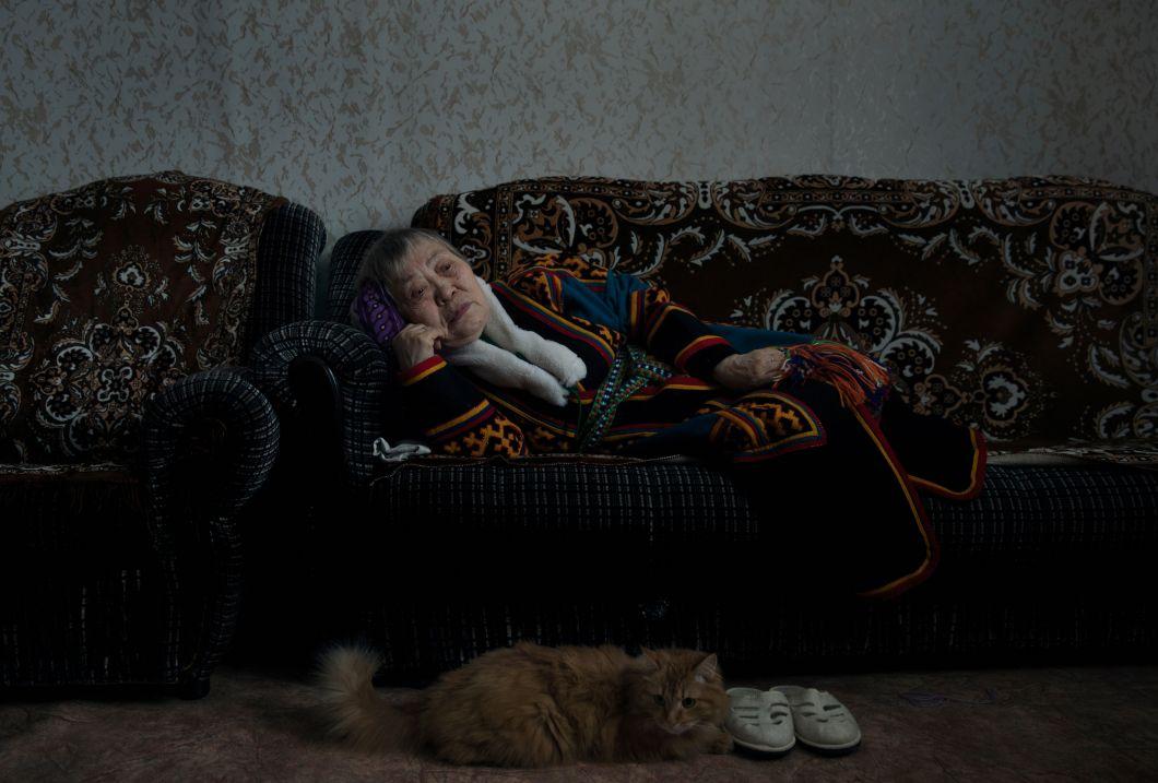 """«Au cours des cinq dernières années, j'ai entrepris un voyage et réalisé un travail documentaire sur des personnes âgées, dans des communautés vieillissantes du monde entier –de la Thaïlande à Israël et du Japon à Cuba. J'ai cherché les aspects communs du vieillissement. Je suis intéressé par des questions universelles qui ne sont pas liées à la culture ou à la géographie.Zinaida Evay, sur cette photo,a été mariée pendant de nombreuses années. Depuisledécès de son mari, elle vit seule dans leur petit appartement, avec leurs chats. """"Mais maintenant, ils sont vieux aussi"""", dit-elle.»"""
